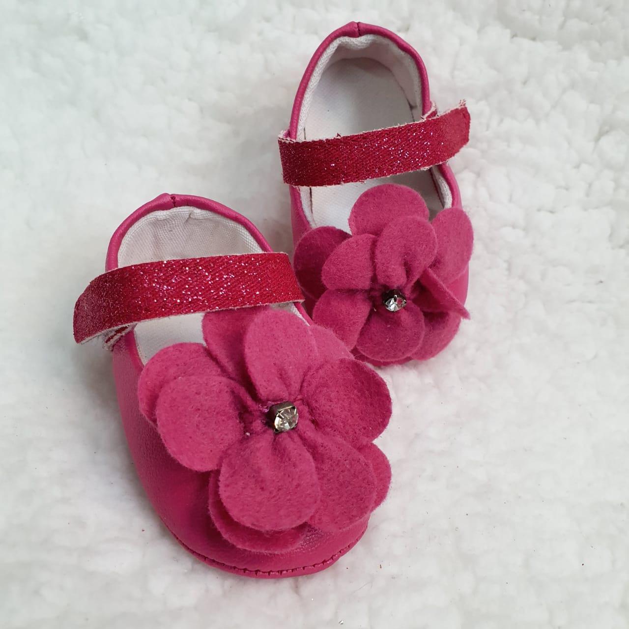 Sapatinho pink com florzinha