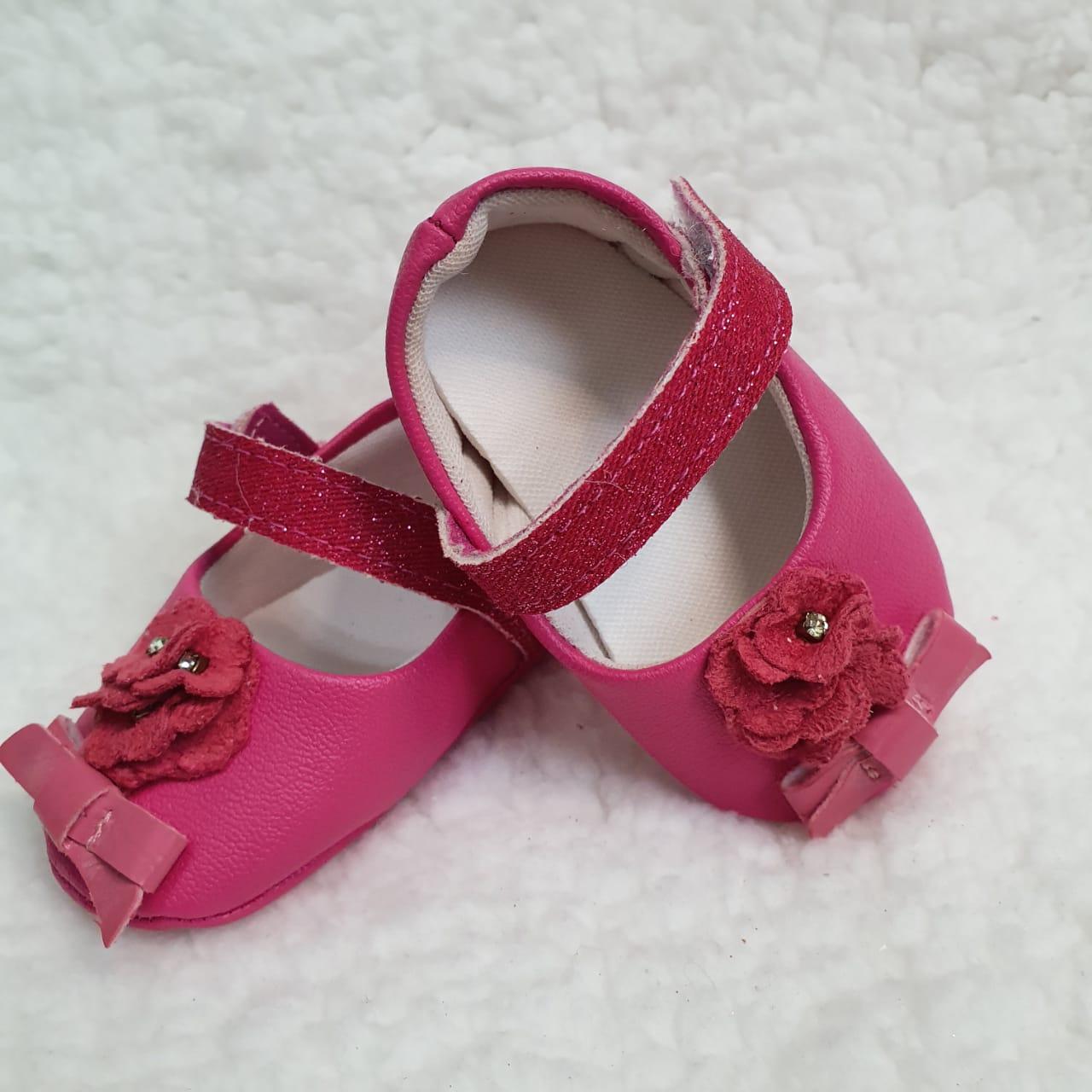 Sapatinho pink florzinha e laço
